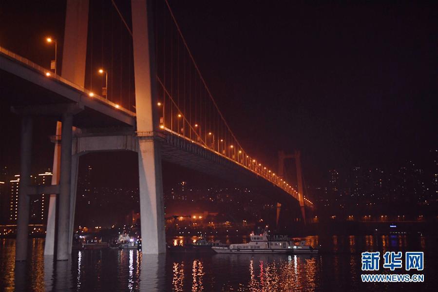 (重庆公交车坠江事故·图文互动)(4)夜幕降临,重庆万州公交客车坠江事故救援工作仍在进行中