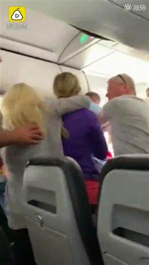 客机起飞前乘客打开应急舱门:差点被吸入发动机