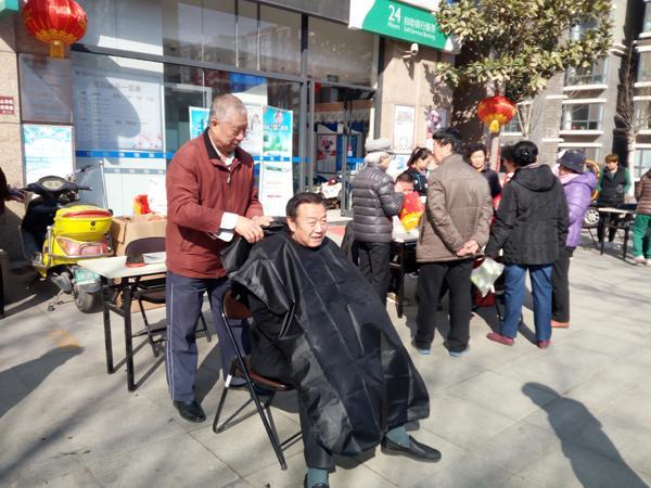 小区里的免费理发师