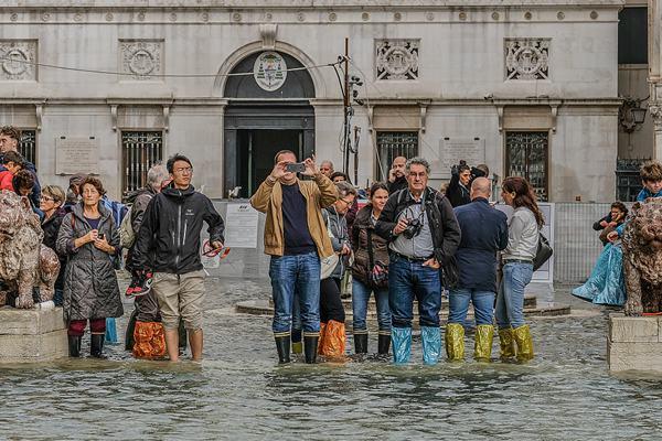意大利威尼斯水位暴涨 街道变河道