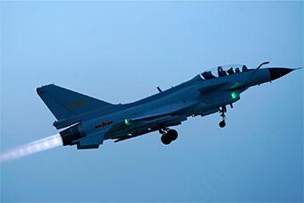 歼10战斗机全天候飞行训练 展示强悍实力