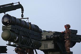 防空部队实弹演习导弹系统向模拟目标射击
