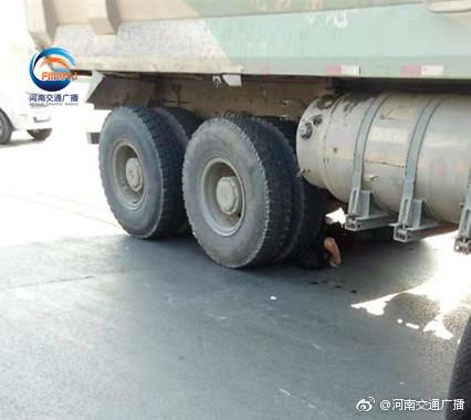 渣土车与电动车相撞 电动车主被卷入车底