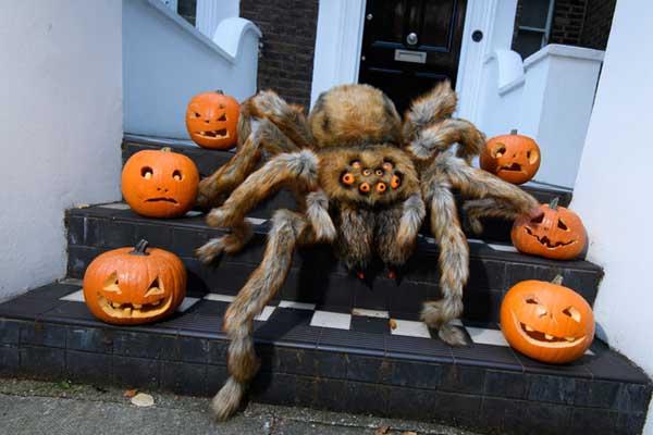 """伦敦街头惊现巨型""""蜘蛛"""" 移动速度超快还会""""袭击""""路人"""