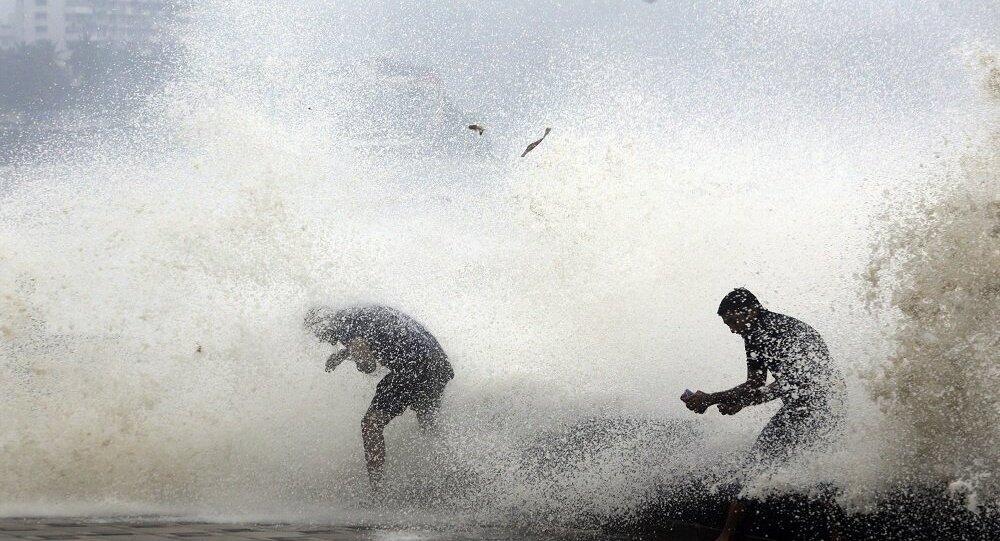 """菲律宾因台风""""玉兔""""迫近疏散超过一万人"""