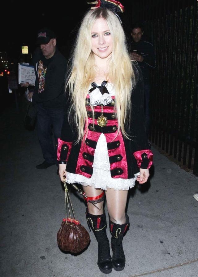 艾薇儿穿小洋装参加万圣节活动,网友:她这身造型少女感满满!