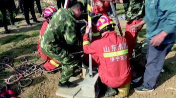 老人一时想不开跳井消防员倒立下井救援