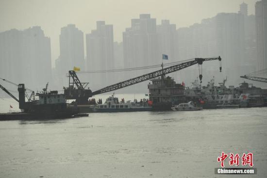重庆万州坠江公交车打捞深潜设备到位 潜水员正下潜勘测