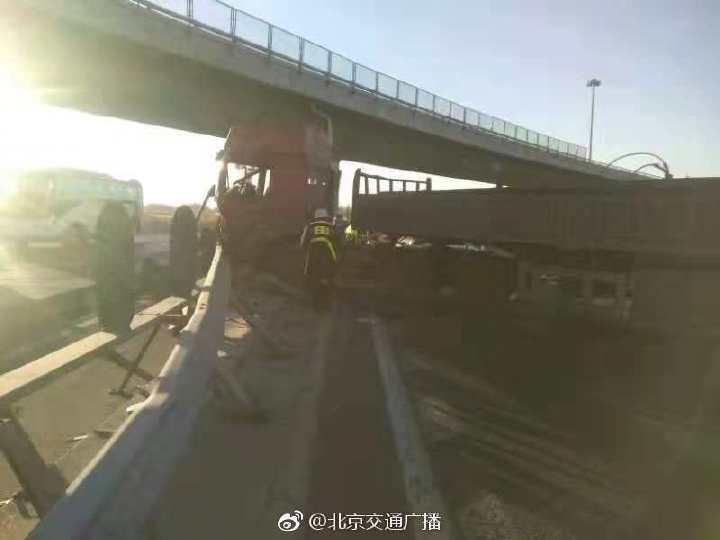 东五环两辆货车追尾 队尾接近五元桥
