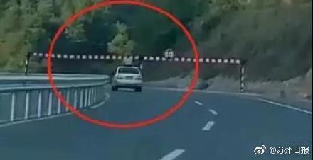男孩探出轿车天窗撞限高栏身亡 警方:监护人在后车