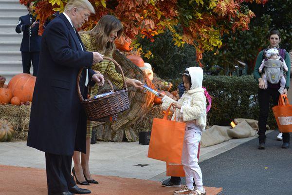"""特朗普万圣节拿蛇杖念""""咒语"""",给孩子们发糖果"""