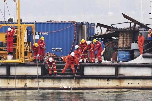 重庆万州公交车坠江事故救援工作继续进行