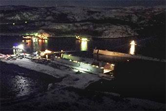 俄维修航母用浮船坞沉没现场图曝光 航母受损