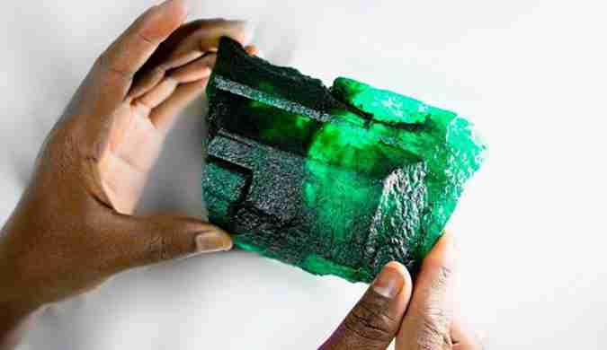 赞比亚出土巨大祖母绿水晶:重1.1kg 将出售