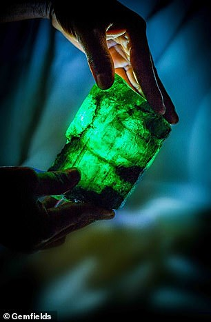 赞比亚矿工发现罕见5655克拉祖母绿水晶