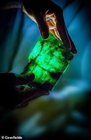 赞比亚发掘1.1kg祖母绿宝石 价值超200万英镑