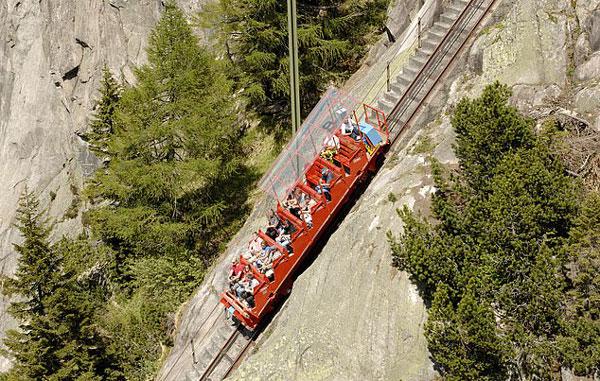 刺激!瑞士极陡缆车从高山驶下犹如过山车