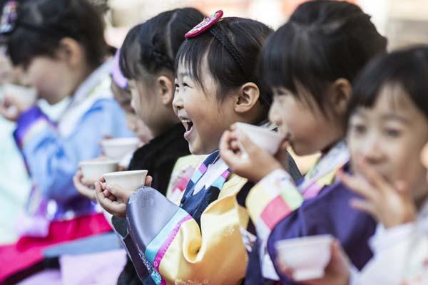 韩国举办茶道体验活动 小萝莉着韩服学沏茶有模有样