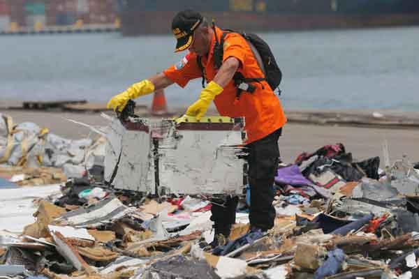印尼水下发现22米长疑似坠毁客机机身 调查工作紧张进行