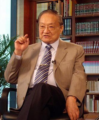 金庸逝世享年94岁 李若彤等作品改编剧演员发文悼念