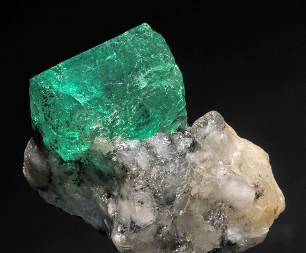 赞比亚出土巨大祖母绿水晶:重1.1kg 11月上市销售
