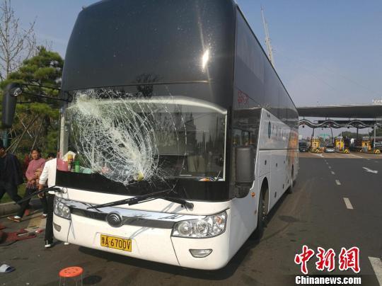 """高速""""飞棍""""砸裂客车挡风玻璃 51名乘客所幸无伤势"""