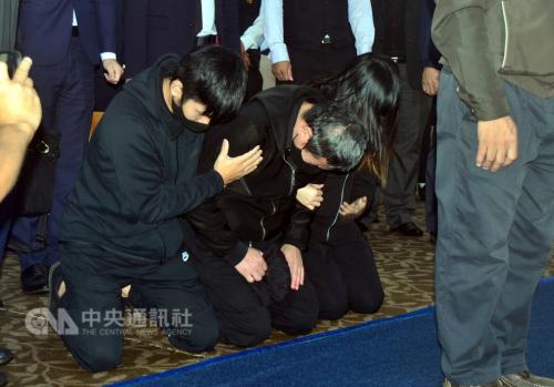 台铁事故公祭司机下跪道歉 罹难者家属称