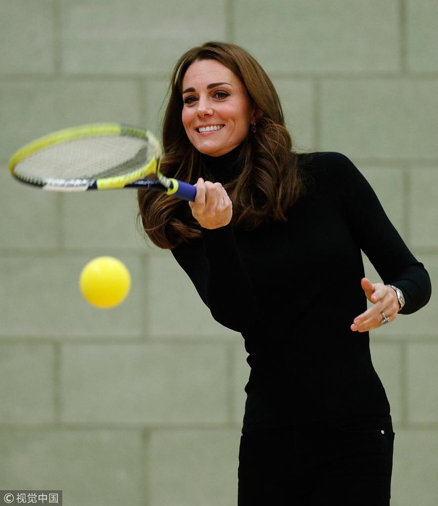 凯特王妃上阵打网球开心大笑 亲密搭威廉王子膝盖