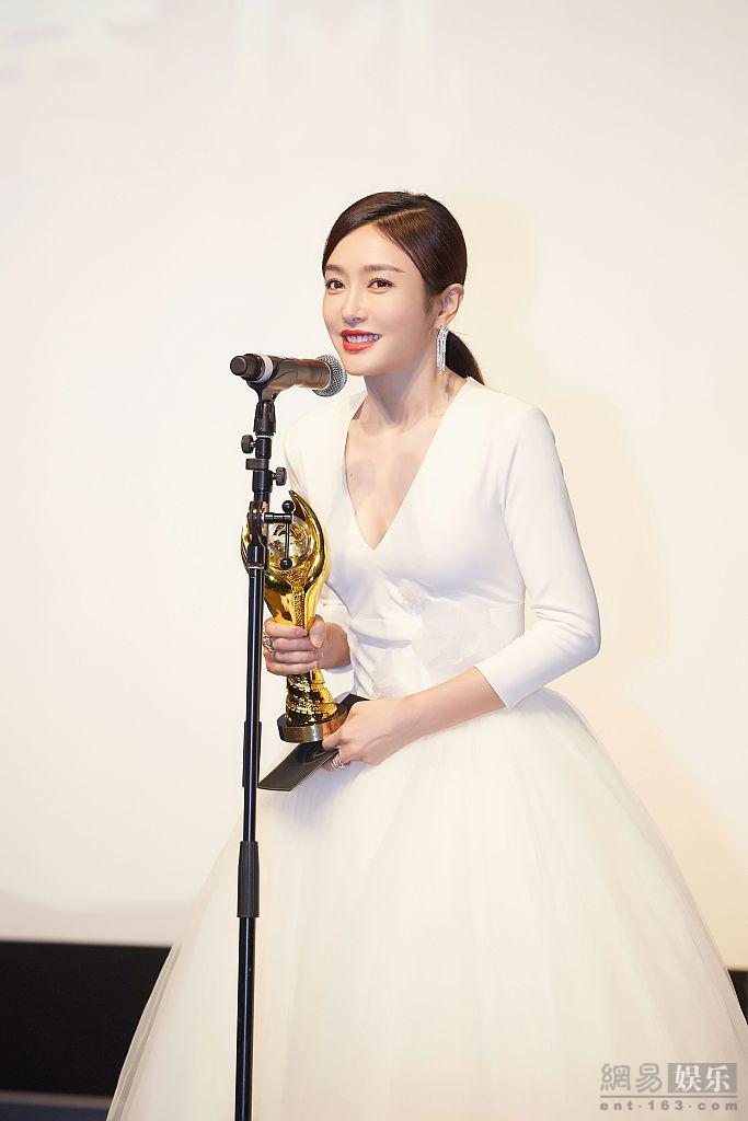 秦岚亮相中美电影节 穿纱裙似白天鹅