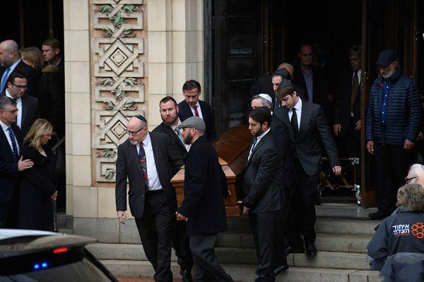 美国犹太教堂枪击事件致11人死亡 民众参加遇难者葬礼