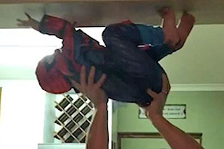 南非男子托举儿子爬墙助其圆蜘蛛侠梦