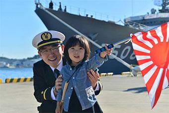 日本派舰队远航小半年后回国 儿童举旭日旗迎接