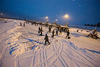美军在瑞典军演遭遇大雪天气全员上跑道铲雪