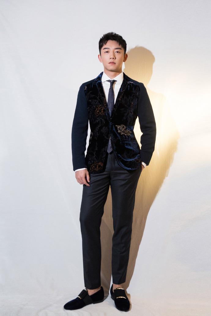 郑恺亮相ELLEMEN电影英雄盛典 丝绒西装尽显绅士风度