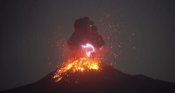 奇观!印尼火山喷发烈焰冲天自带闪电