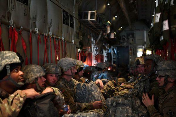 """严防""""大篷车""""移民潮 美国士兵启程赴美墨边境"""