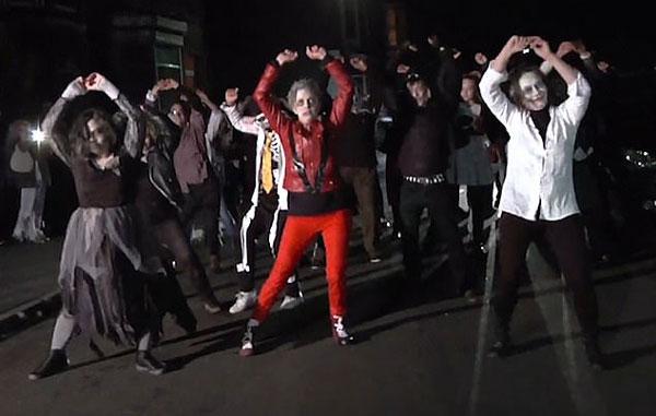 """英居民过生日 街坊邻居群""""尸""""乱舞为其庆祝"""