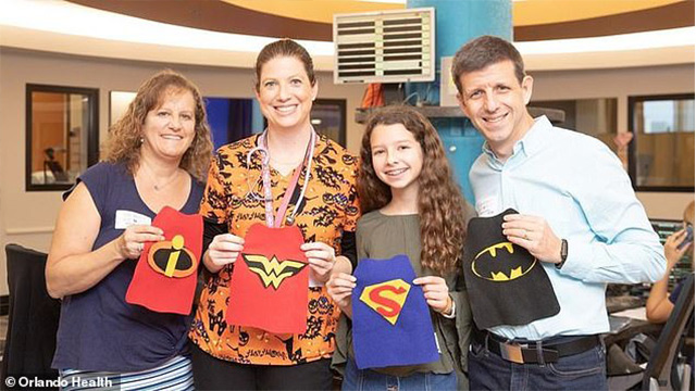 万圣节 美国小女孩为早产儿制作超级英雄斗篷