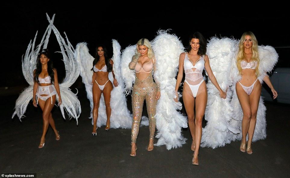 卡戴珊五姐妹万圣节变身维密天使秀好身材