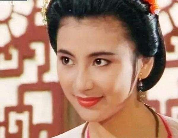 曾是新加坡第一美女,因生病吃激素药导致发胖,老公却守候她27年