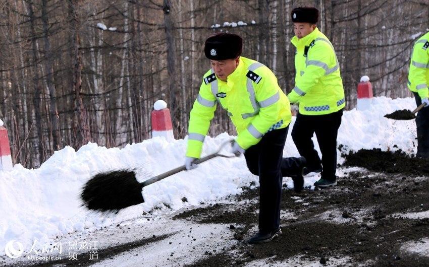 大兴安岭呼中区公安局交警大队为雪后首发客车护航