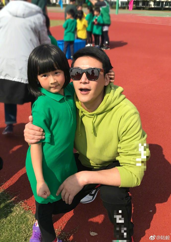 组图:陆毅携女儿参加亲子运动会 小叶子身姿矫健展运动天赋