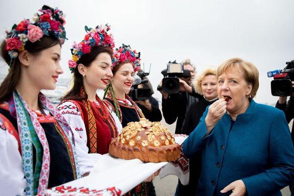 默克尔访问乌克兰 吃特色面包蘸盐