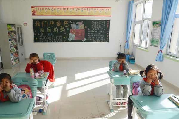 内蒙古乡镇小学 4个女孩组成1个年级