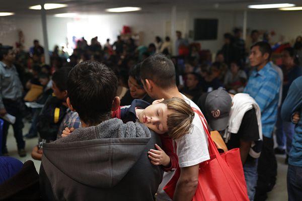 大批移民聚集美国德州寻求人道主义救援 儿童累垮睡着
