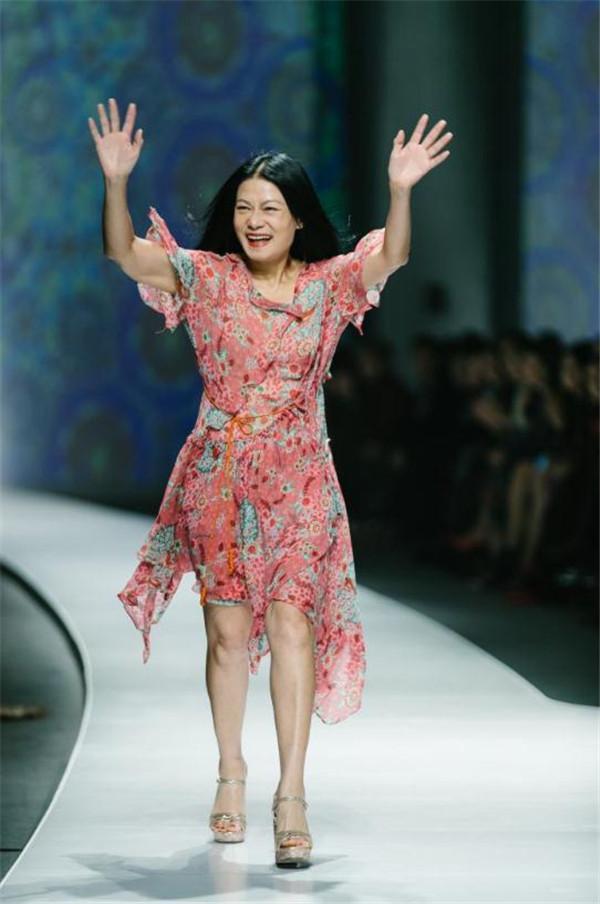 VIVIENNE TAM 2019春夏时装系列全球首发 钟丽缇张伦硕、贾清、海陆、白冰等悉数亮相