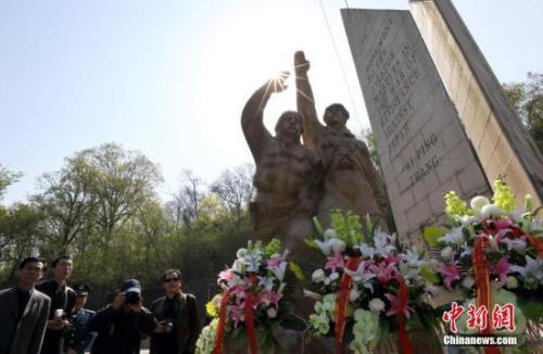 中国侨网资料图:南京各界人士来到南京抗日航空烈士纪念馆,祭奠在第二次世界大战期间在中国战场上壮烈牺牲的抗日航空烈士。中新社发 泱波 摄