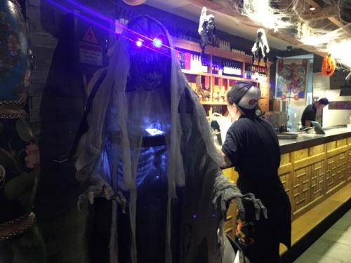 发光骷髅也为店内增添万圣节气氛。(美国《世界日报》/赖蕙榆 摄)