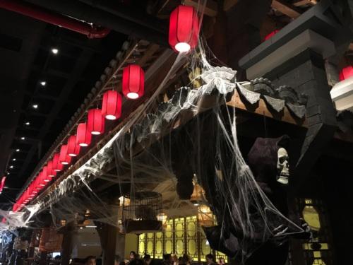 高挂的灯笼及蜘蛛网使店内增添神秘、老旧感。(美国《世界日报》/赖蕙榆 摄)