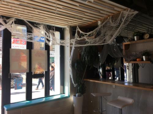 蜘蛛网、蜘蛛及蝙蝠多为商家装饰于店内的材料。(美国《世界日报》/赖蕙榆 摄)